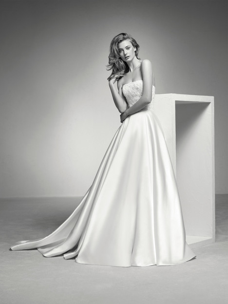Iquel gown from the 2018 Pronovias Privée collection, as seen on Bride.Canada