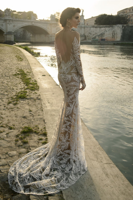 Tatiana gown from the 2017 Julie Vino Haute Couture collection, as seen on dressfinder.ca